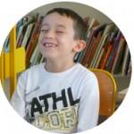 Enfance_et_attention_mindfulness_garçon_blanc_sourire_sourire