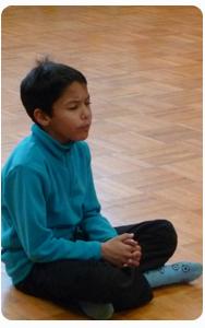 Enfance_et_attention_mindfulness_garçon_bleu